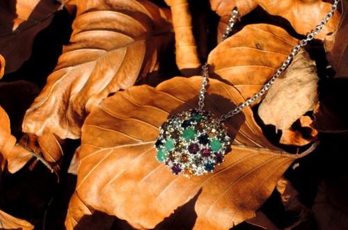 Módní přívěšek na řetízku v podzimních barvách