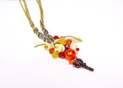 náhrdelník, béžová stuha, různé přívěsky