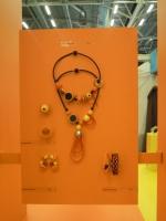 do oranžového koutku byly vybrány výrazné náušnice z originální designové kolekce